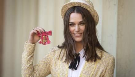 У капелюсі і костюмі Chanel: Кіра Найтлі отримала орден Британської імперії