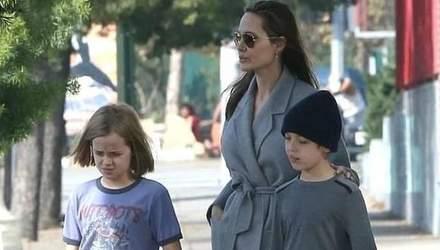 Семейный выход перед Рождеством: Анджелина Джоли засветилась на шопинге с детьми