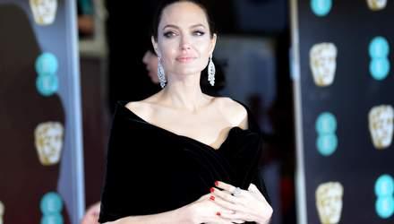 После Рождества: Анджелина Джоли сводила детей на завтрак в Лос-Анджелесе – фото
