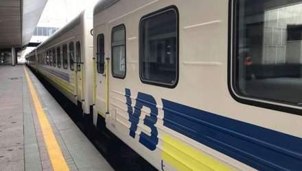 """На пасажирку потяга впала верхня полиця з іншою жінкою: в """"Укрзалізниці"""" кажуть, що не винні"""