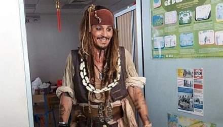 Джонни Депп в образе Джека Воробья навестил детей в онкоцентре: фото