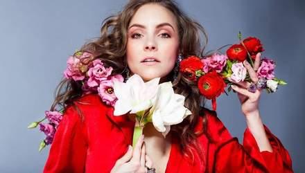В красном среди цветов: Алена Шоптенко снялась в яркой фотосессии