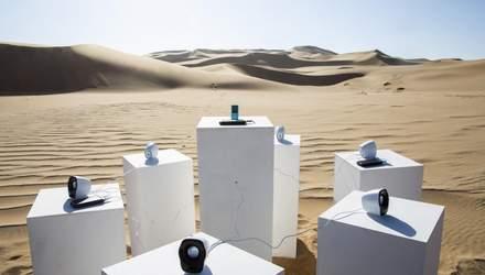 Зачем художник из Африки поставил в пустыне Намиб колонки на солнечной батарее: интересное видео