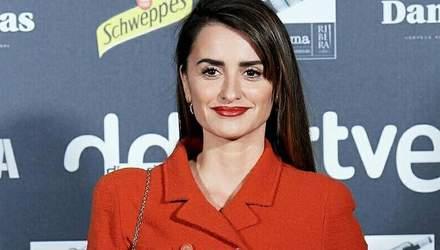 Красное – это любовь: Пенелопа Крус очаровала выходом в ярком пиджаке от Chanel