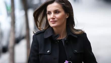 Образ дня: королева Летиция в черном пальто и с клатчем Hugo Boss