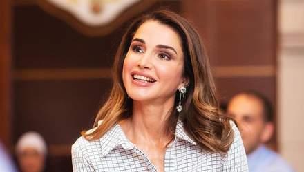 Королева Иордании примерила клетчатое пальто для встречи с молодежью: яркие фото