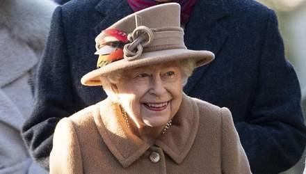 Елизавета II в стильном наряде посетила церковь: очаровательные фото