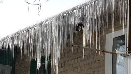 На людей падают глыбы снега и льда: в Харькове зафиксировали рекордное количество пострадавших