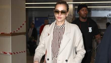 Летний комбинезон, бежевое пальто и сумка от Gucci: Ирина Шейк поразила стильным образом