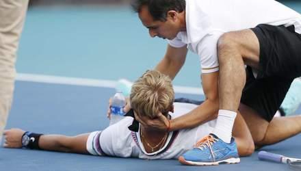 Теннисист упал на корте прямо во время розыгрыша из-за ужасной боли и не смог встать: видео