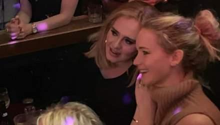 Звездные подружки Адель и Лоуренс перебрали с алкоголем в гей-баре: смешное видео