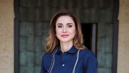 Королева Йорданії зачарувала елегантним костюмом на урочистій церемонії: фото