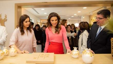 У червоних туфлях і рожевому джемпері: яскраве поєднання кольорів від йорданської королеви Ранії