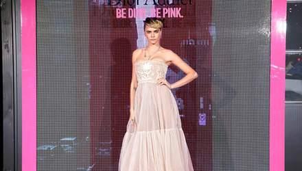 Кара Делевинь примерила романтичное платье на презентацию коллекции Dior: фото