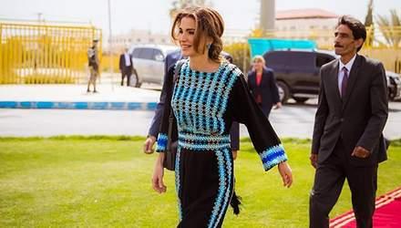 У чорно-блакитній вишитій сукні: королева Ранія зачарувала ефектним виходом