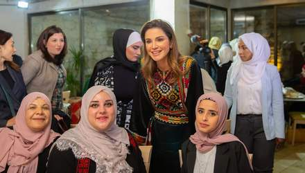 Королева Йорданії приміряла ефектну оксамитову вишиванку: фото