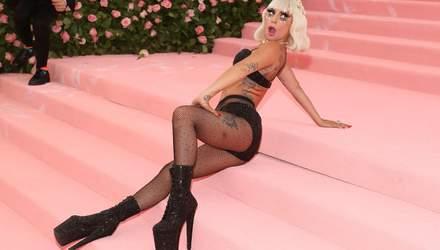 Эпатажная Леди Гага засветила загорелые ягодицы возле бассейна: фото