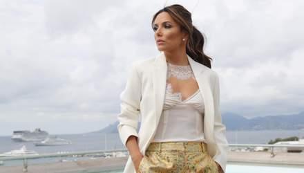 Акцент на золото: новий звабливий вихід Єви Лонгорії в одязі Вікторії Бекхем