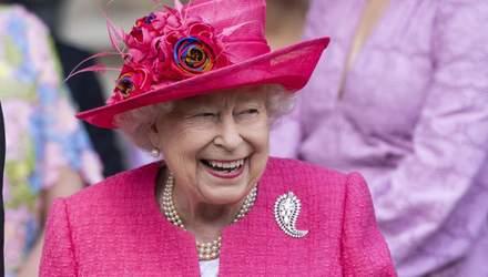 Єлизавета II обрала яскравий образ кольору фуксії на весілля своєї племінниці: фото