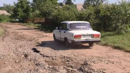 На Черкащині злива повиривала асфальт з ґрунту: як виживають люди у постраждалому селі