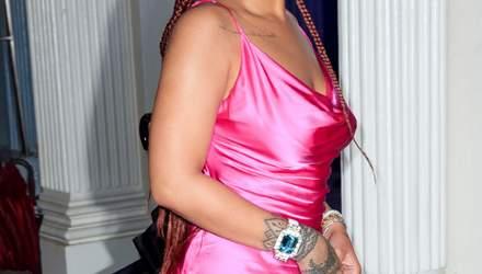 В екстремальному міні: Ріанна похизувалася пишними формами на презентації одягу в Нью-Йорку