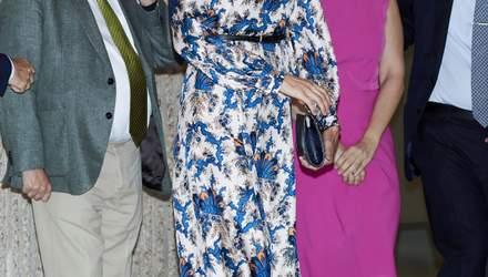 Королевский синий: Летиция продемонстрировала роскошный образ в шелковом платье – фото