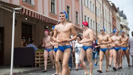 В плавках и с рекордом Украины: как во Львове необычно отметили 70-летие ватерпольного клуба
