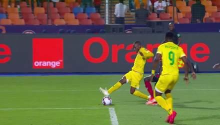 Во время матча Кубка Африки мяч отказался залетать в ворота: курьезное видео