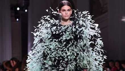 Кайя Гербер ошеломила выходом на показе Givenchy: масштабы и облик платья впечатляют