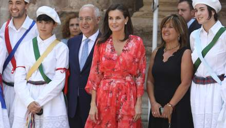 Королева Летиція засвітила романтичну коралову сукню на офіційному заході