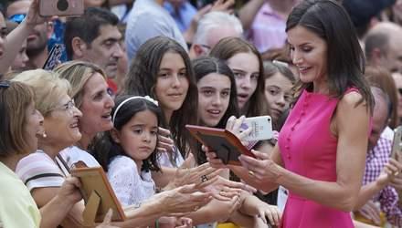В платье цвета фуксии: эффектный выход королевы Испании Летиции задает тренд