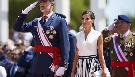 В топе от Zara и миди-юбки: королева Испании Летиция показала беспроигрышный образ