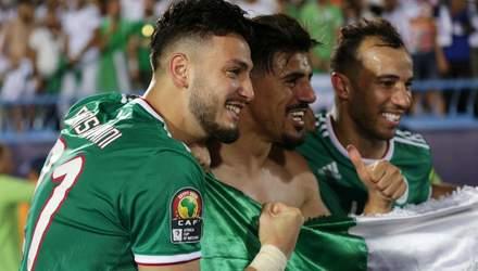 Футболист Алжира схватил соперника за руку и ударил себя по лицу: смешное видео