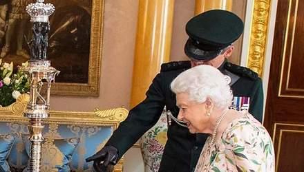 Єлизавета ІІ засвітила нову сукню з флористичним принтом: чарівні фото