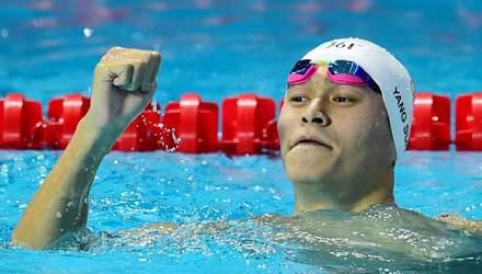 Трехкратный олимпийский чемпион по плаванию разбил молотком контейнеры с допинг-пробой
