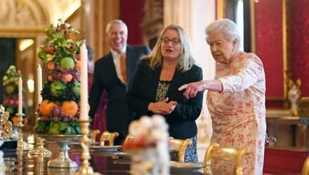 Єлизавета ІІ у квітковій сукні відкрила виставку: серед експонатів – шкатулка з дитячими зубами