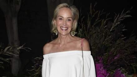61-річна Шерон Стоун оголила плечі у білому комбінезоні: актриса зачаровує Лос-Анджелес