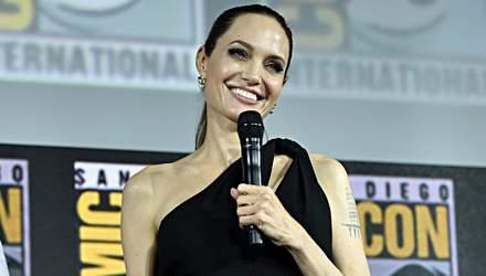 Її усмішка – її зброя: неймовірна Анджеліна Джолі прийшла на прес-конференцію Marvel