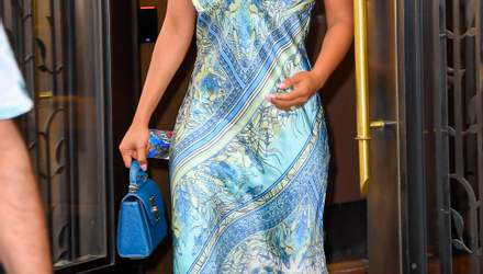 У шовковій сукні: Пріянка Чопра демонструє стильний літній образ в Нью-Йорку