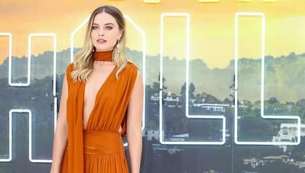 У теракотовій сукні без білизни: Марго Роббі вразила образом на кінопрем'єрі