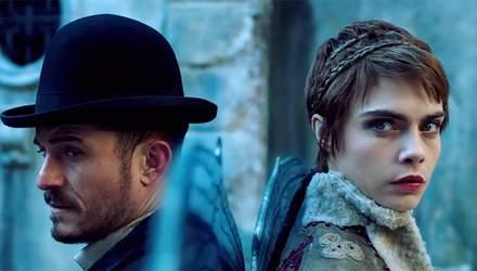 """Кара Делевінь та Орландо Блум з'явилися в новому трейлері серіалу """"Карнівал Роу"""": ефектне відео"""