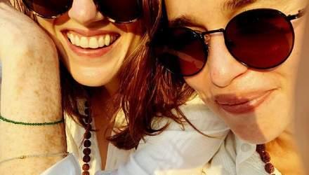 """Звезды """"Игры престолов"""" Эмилия Кларк и Лесли Роуз отдохнули вдвоем в Индии: экзотические фото"""