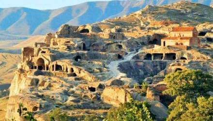 Грузія вабить туристів старовинними містами у скелях: мальовничі фото та відео