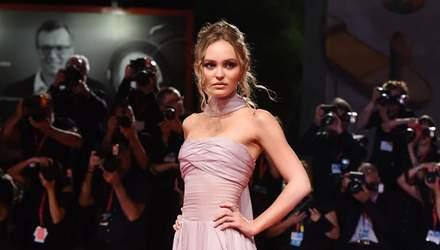 У розкішній сукні від Chanel: Лілі-Роуз Депп зачарувала виходом на Венеційському кінофестивалі