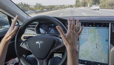 Водитель Tesla уснул за рулем на бешеной скорости: впечатляющее видео