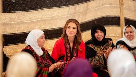 Королева Иордании засветила новое вышитое платье: фото