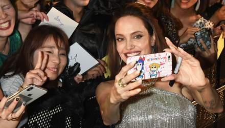 """Выглядит блестяще: Анджелина Джоли поразила образом на премьере """"Малефисенты 2"""" в Токио"""