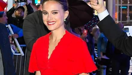 У червоній сукні під дощем: стильний образ Наталі Портман у Нью-Йорку