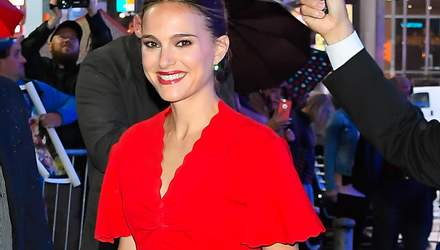 В красном платье под дождем: стильный образ Натали Портман в Нью-Йорке