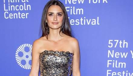 В платье из металла: 45-летняя Пенелопа Крус посетила Нью-Йоркский кинофестиваль